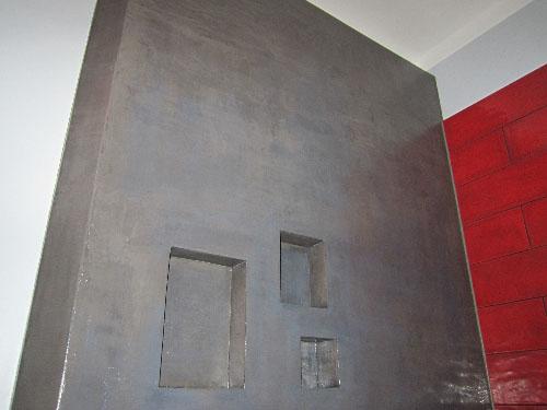 Mur avec niche en béton ciré